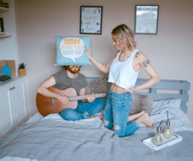Muž a zena v posteli