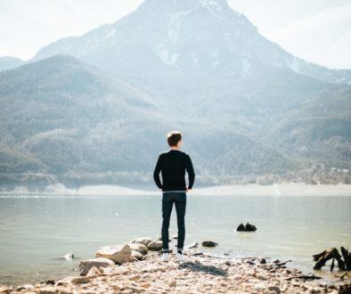 Muž u jezera