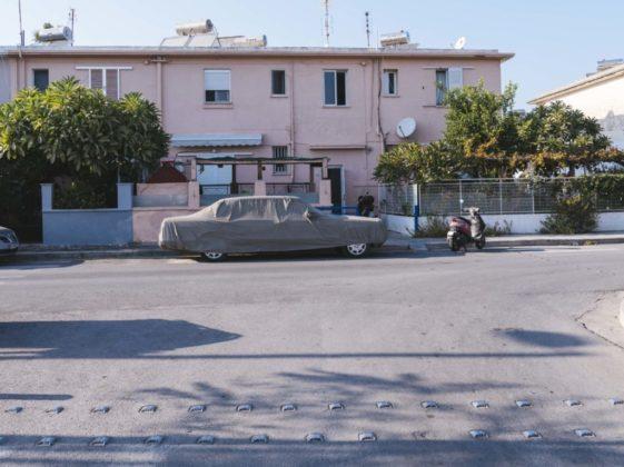 Auto pod plachtou